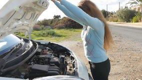 Donna triste con l'automobile rotta archivi video