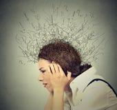 Donna triste con l'espressione sollecitata preoccupata del fronte e cervello che si fonde nelle linee punti interrogativi Fotografie Stock Libere da Diritti