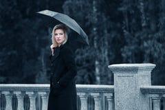 Donna triste con l'ombrello fotografie stock libere da diritti