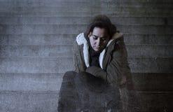 Donna triste da solo sulla depressione di sofferenza della scala del sottopassaggio della via Immagine Stock Libera da Diritti