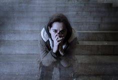 Donna triste da solo sulla depressione di sofferenza della scala del sottopassaggio della via Fotografia Stock