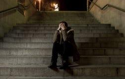 Donna triste da solo sulla depressione di sofferenza della scala del sottopassaggio della via che sembra guardante malato ed impo Immagine Stock Libera da Diritti