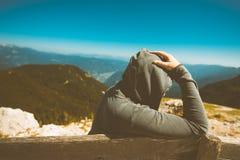 Donna triste depressa al punto di vista dell'alta montagna Fotografia Stock