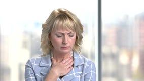 Donna triste di affari con il dolore della gola video d archivio