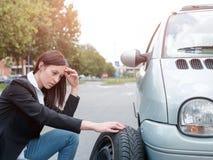Donna triste dopo la ripartizione del veicolo fotografia stock