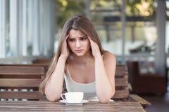 Donna triste e depressa da solo in una barra sola dopo uno smembramento immagini stock