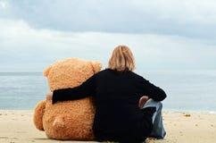 Donna triste ed amico immaginario immagine stock