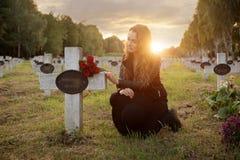Donna triste nel cimitero Fotografia Stock Libera da Diritti