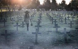 Donna triste nel cimitero Fotografia Stock