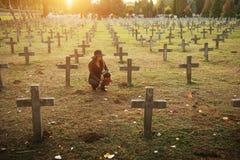 Donna triste nel cimitero Immagine Stock