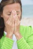 Donna triste nel dolore e nel dispiacere che prega le mani Fotografia Stock