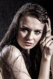 Donna triste pallida coperta di gocce di acqua immagini stock libere da diritti