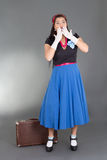Donna triste in retro vestiti con la valigia Immagine Stock