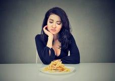 Donna triste sulla dieta che ha bisogno per gli alimenti a rapida preparazione Immagine Stock Libera da Diritti