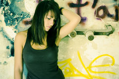 Donna triste sulla parete sporca Fotografie Stock