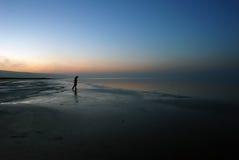 Donna triste vicino al lago Immagini Stock Libere da Diritti