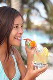 Donna tropicale della bevanda del ricorso Fotografie Stock
