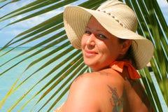 Donna tropicale della spiaggia fotografia stock libera da diritti