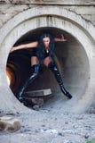 Donna in tubo concreto Fotografia Stock