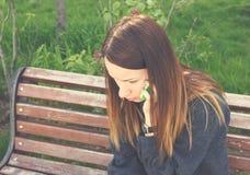 Donna turbata che parla sul telefono cellulare Fotografie Stock Libere da Diritti