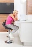 Donna turbata che usando emozione negativa infelice del computer portatile Immagine Stock Libera da Diritti