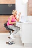 Donna turbata che usando emozione negativa infelice del computer portatile Fotografie Stock