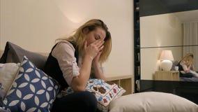 Donna turbata di affari in una camera di albergo che parla sul telefono Immagini Stock