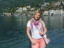 Donna turistica abbastanza casuale in Ascona, Svizzera Fotografia Stock