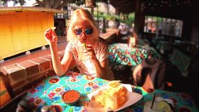 Donna turistica al pueblo di EL video d archivio