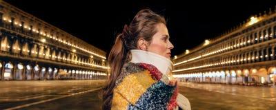 Donna turistica al quadrato di San Marco a Venezia che guarda da parte immagini stock libere da diritti
