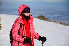 Donna turistica che fa un'escursione in un'alta montagna di inverno Fotografia Stock Libera da Diritti