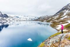Donna turistica che fa una pausa il lago Djupvatnet, Norvegia Immagini Stock