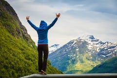 Donna turistica che gode del paesaggio delle montagne in Norvegia Immagini Stock
