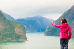 Donna turistica che gode della vista del fiordo in Norvegia Immagini Stock Libere da Diritti