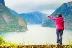 Donna turistica che gode della vista del fiordo in Norvegia Fotografia Stock