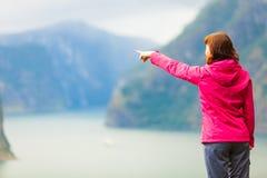 Donna turistica che gode della vista del fiordo in Norvegia Immagini Stock