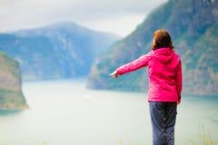 Donna turistica che gode della vista del fiordo in Norvegia Fotografie Stock Libere da Diritti