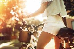 Donna turistica che per mezzo della bicicletta Fotografia Stock