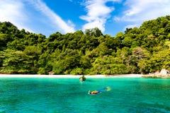 Donna turistica che si immerge nell'isola tropicale in Tailandia fotografia stock
