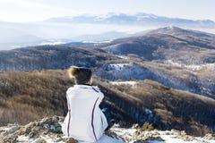 Donna turistica che si rilassa in un'alta montagna Fotografie Stock Libere da Diritti