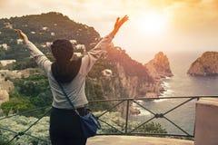 Donna turistica che sta sul punto di vista dell'isola di capri la maggior parte della t popolare Immagini Stock Libere da Diritti