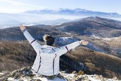 Donna turistica con a braccia aperte il rilassamento in un'alta montagna Fotografia Stock Libera da Diritti