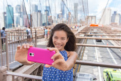 Donna turistica del selfie di New York che prende l'immagine del telefono Fotografia Stock Libera da Diritti