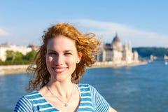 Donna turistica della giovane testarossa che fa un giro turistico a Budapest Fotografia Stock