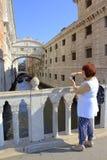 Donna turistica facente un giro turistico a Venezia immagini stock