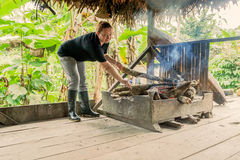 Donna turistica in giungla amazzoniana immagine stock libera da diritti
