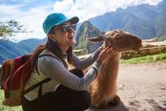 Donna turistica sorridente con la lama Immagini Stock