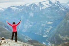 Donna turistica sul punto di vista Norvegia di Dalsnibba Immagini Stock