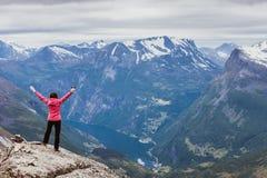 Donna turistica sul punto di vista Norvegia di Dalsnibba Immagine Stock