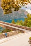 Donna turistica sul punto di vista Norvegia di Stegastein Fotografia Stock